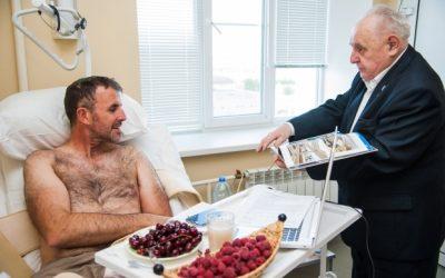 Пострадавший в ДТП англичанин увезет домой книгу о Сталинграде